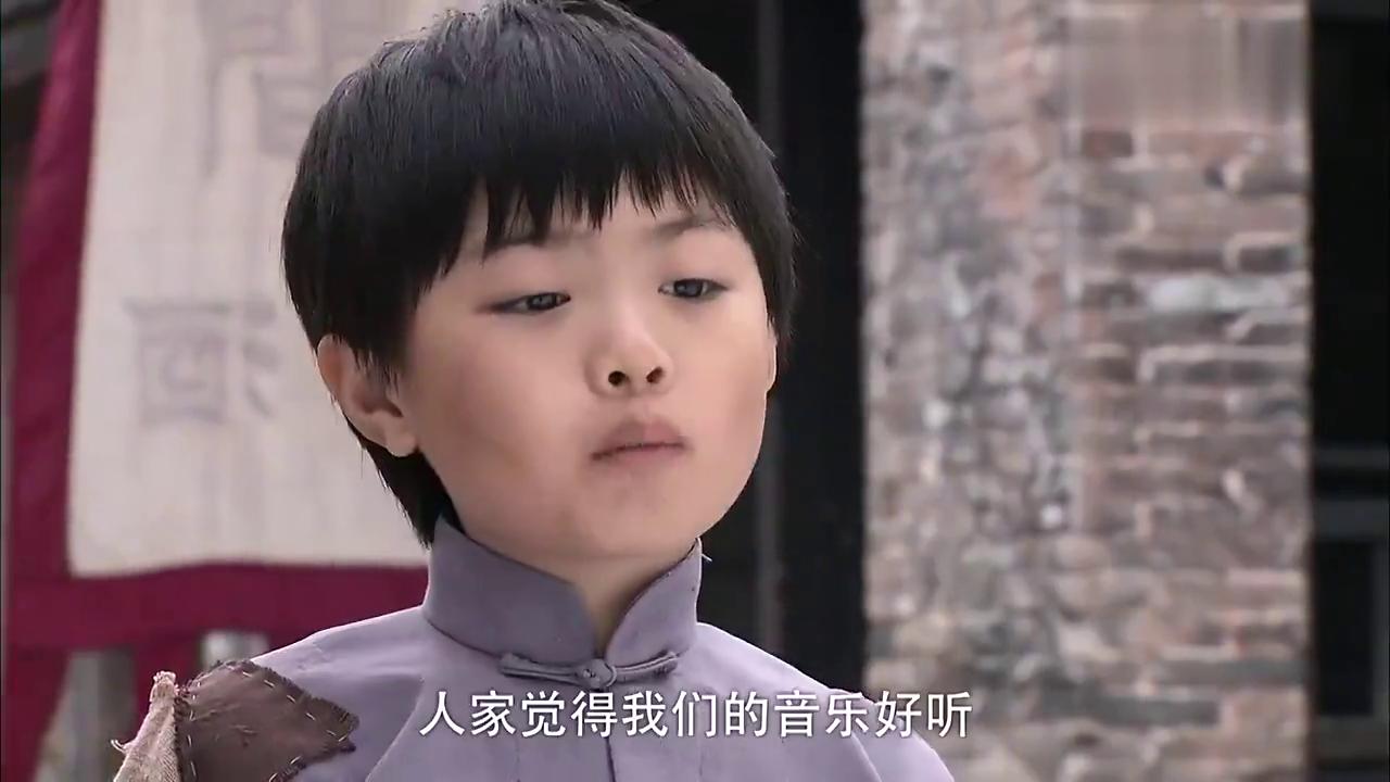 天涯赤子心:男孩在街上乞讨,被人找事,把他给吓坏了