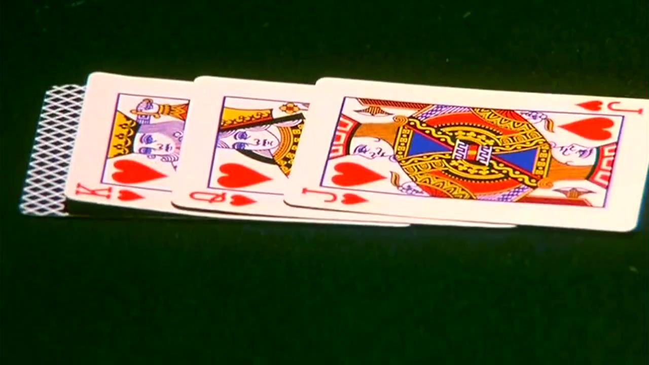 赌神最有利的是5和A,有机会同花顺,但对方一样会同花顺