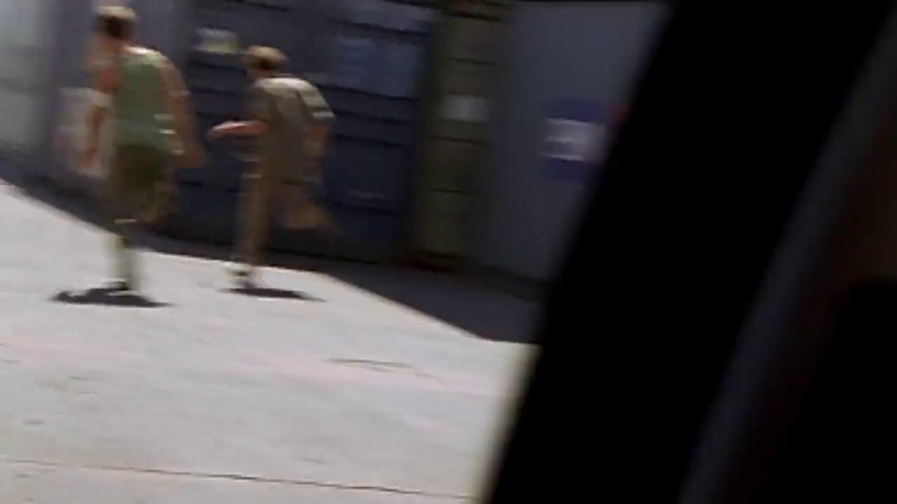 在罗伯托疯狂逃跑时,猛男赶了过来,并成功的围堵住他