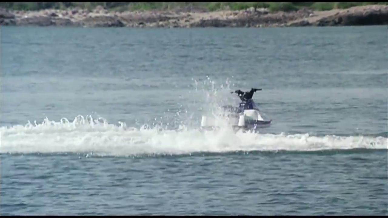猛男在海里被犯罪分子用剑射中,王敏德开游艇来救