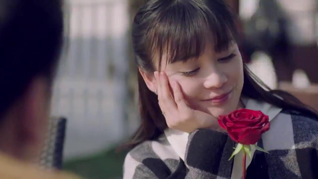 美女老师误以为心上人送花,立马对他眉目传情,结果太尴尬了