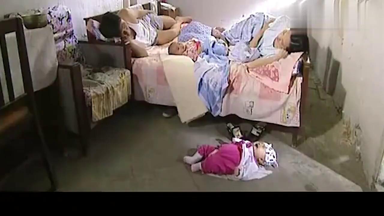 熟睡中的夫妻,被孩子的哭声吵醒,醒后发现小孩掉到床下!