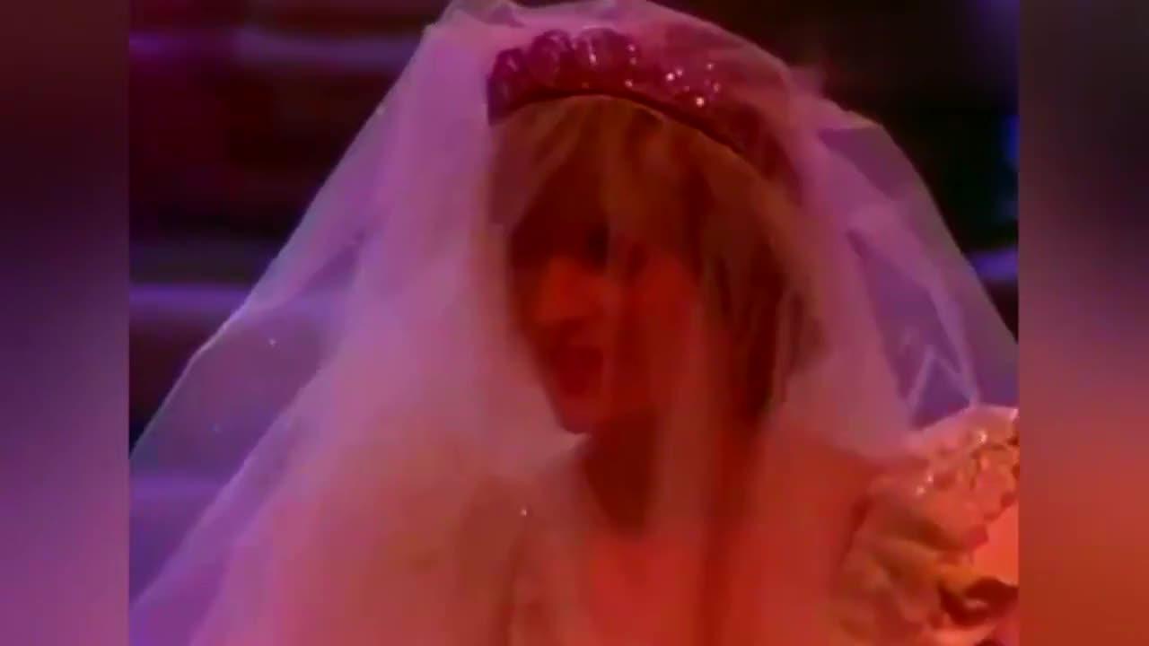 当年戴安娜的世纪婚礼有多奢华,看王妃婚纱的拖尾长度