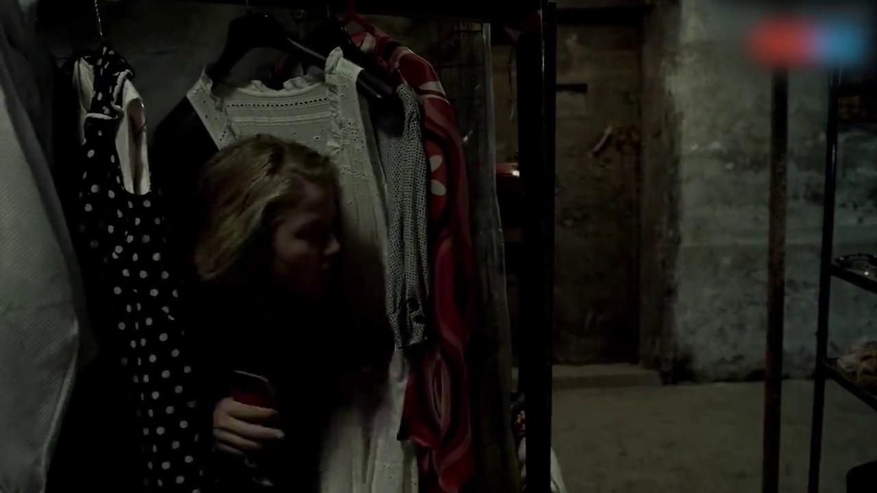 小姑娘藏才衣架后面,给父亲打电话,机智冷静自救