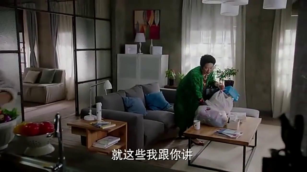 妈妈来看罗子君,拿着一堆崔叔叔买的东西,幸福的模样。