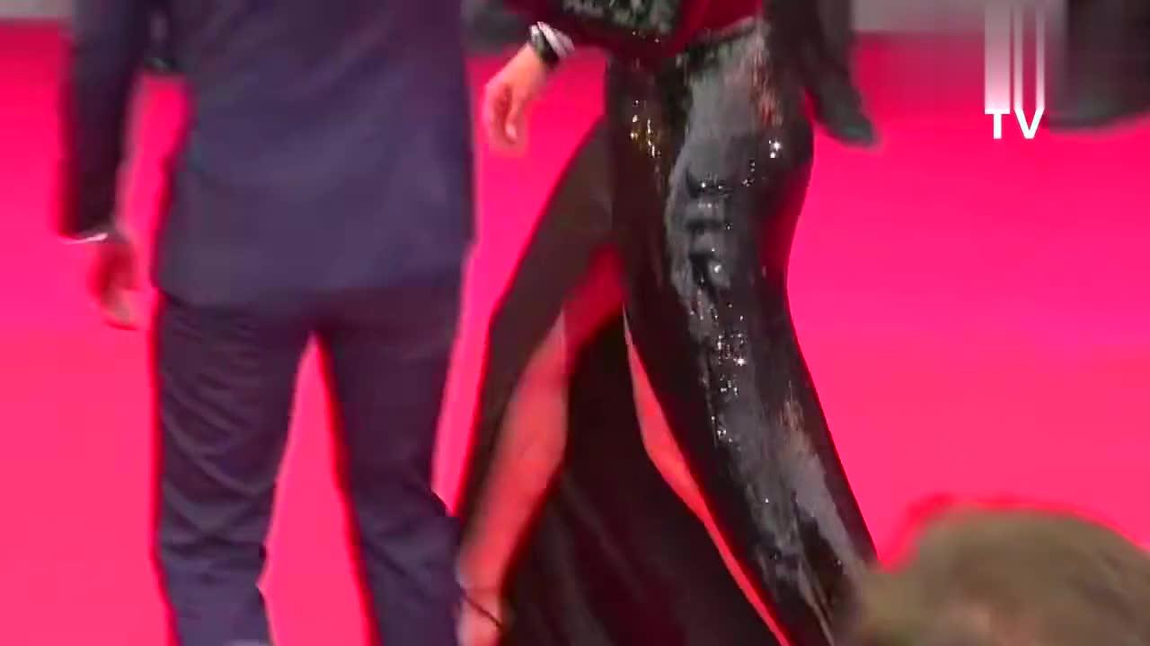 戛纳电影节- Sybil演员走红毯,鞋子脱落网友好尴尬