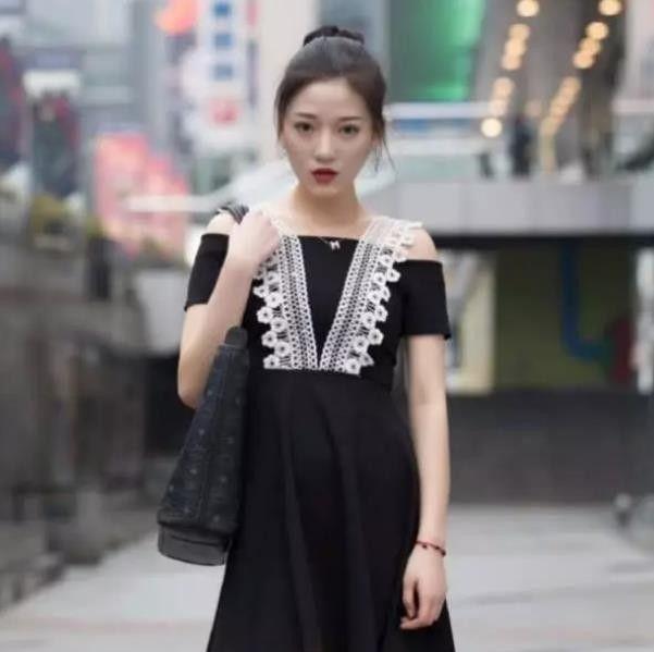 街拍:娇小玲珑的美女,一条黑色的连衣裙,时尚唯美气质迷人