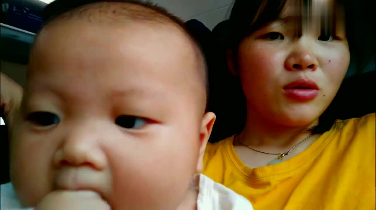 2个多月的宝宝第一次做动车,全程吃着手回家