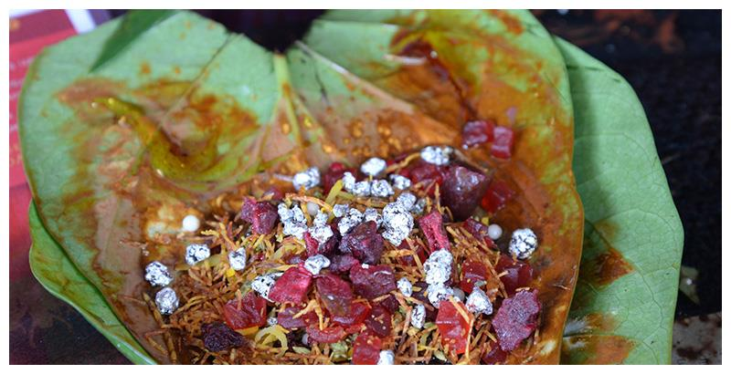 印度又现奇葩饮食:将槟榔点火放进嘴里,顾客排队等着吃!