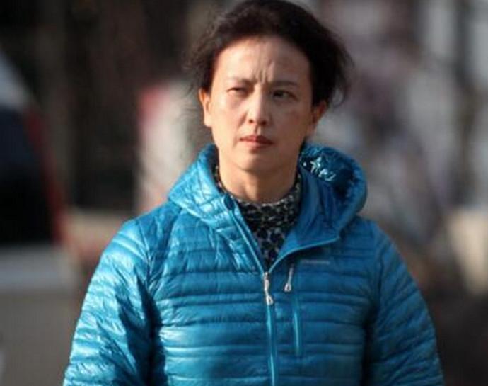 她曾是中国一级演员, 退出国籍后, 在美国素颜外出被拍