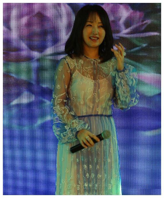 杨钰莹身着蕾丝裙露吊带打底衫出席活动,身材一如既往的迷人!