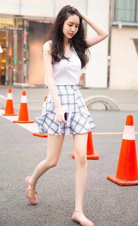 街拍美女:端庄唯美的气质美女简单大方的穿着更加挺拔有型