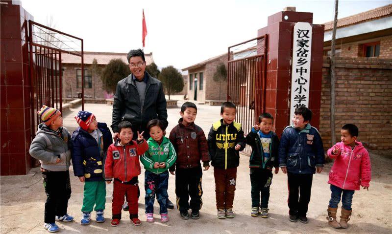 """山村小学,代课老师月工资200元,已经""""享受""""了三十年!"""