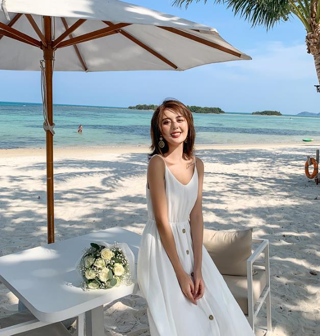 模特身穿白色吊带,手拿百合夏威夷亮相,这是被谁求婚了?