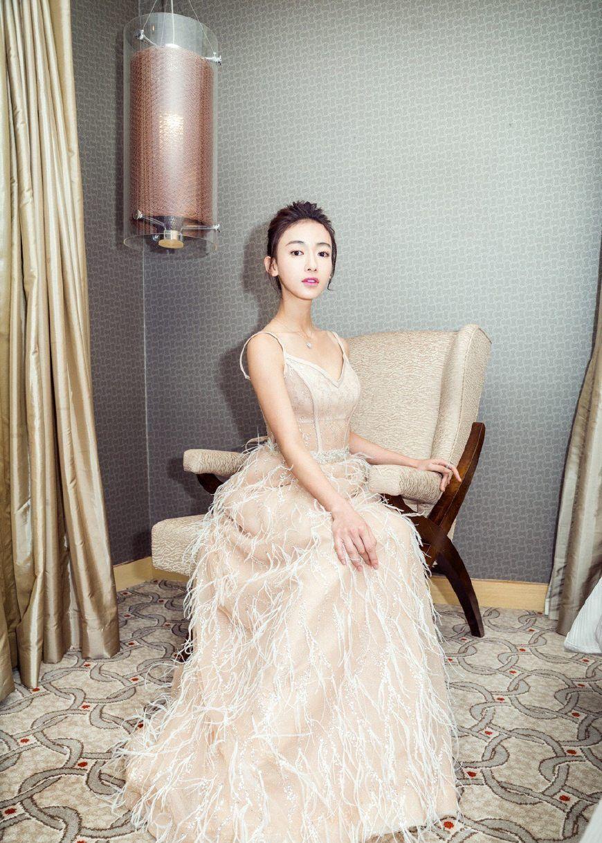 吴谨言亮相上海电影节闭幕式,浅色吊带礼裙清雅动人