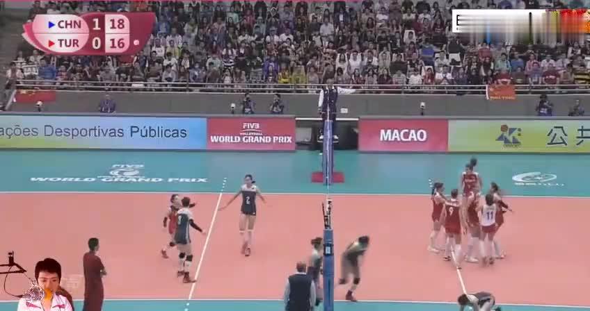 世界女排大奖赛,中国队一传不好,朱婷飞身救球,漂亮