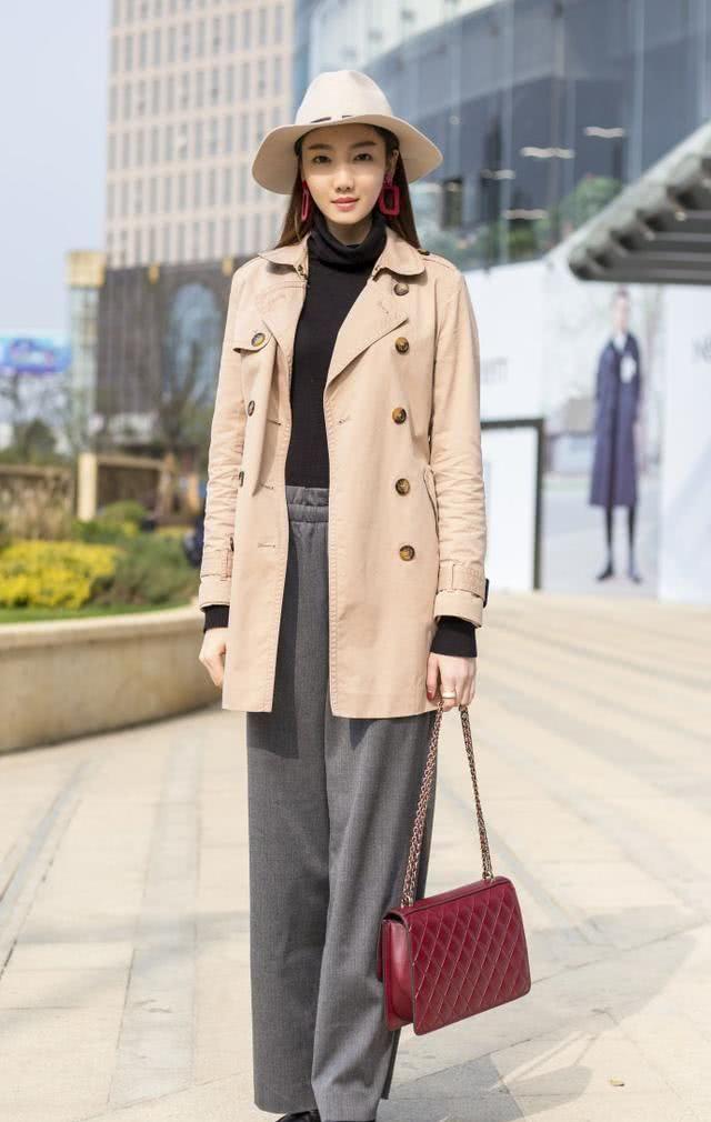 街拍:小姐姐高挑的身材很让你喜爱,穿衣有品味,颜值也特别高