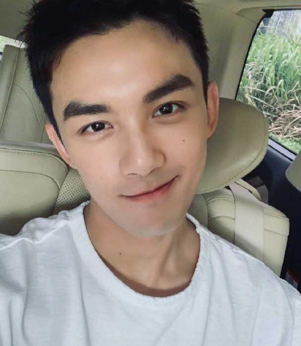 吴磊小帅哥自拍引关注,阳光男孩转变霸气总裁,酷范儿十足!