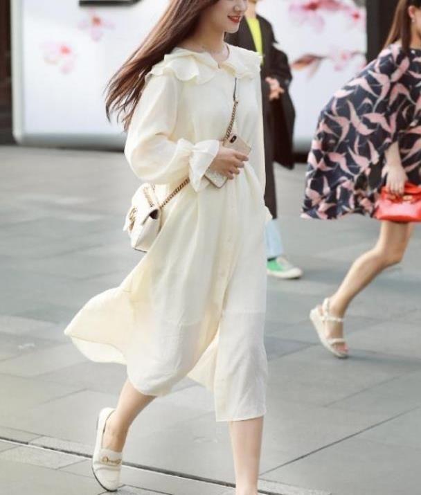 街拍:长发飘飘的小姐姐,一件白色的连衣裙,青春靓丽漂亮迷人