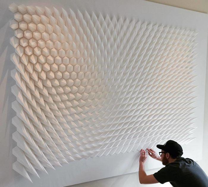 艺术家将纸片做成几何雕塑,充满动感,纸片仿佛拥有了生命