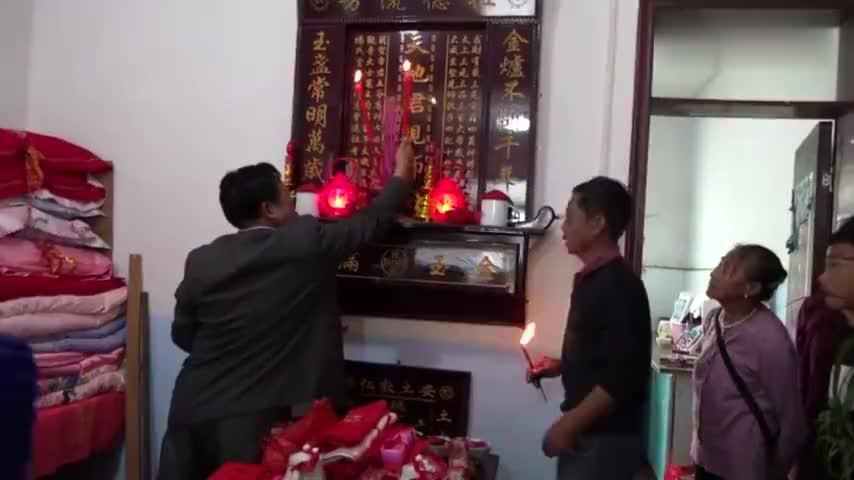 贵州农村姑娘出嫁新郎给的10万元彩礼全买成被子堆了半间屋