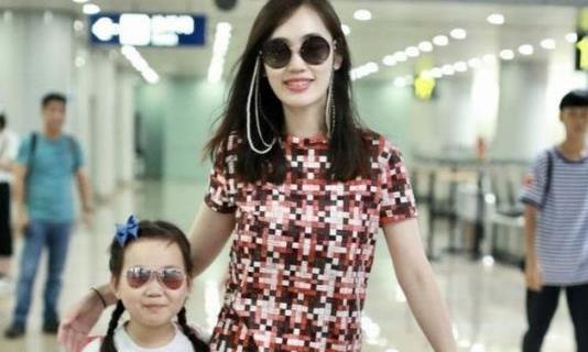 马蓉一身名牌现身机场,与王宝强离婚后,生活富足到处旅游!