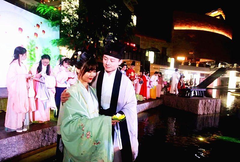穿着汉族的民族服饰过元宵,感受灯火阑珊的浪漫