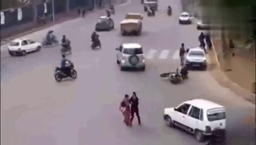 车辆正常行驶中,突然发觉不对劲,监控拍下可怕的一幕