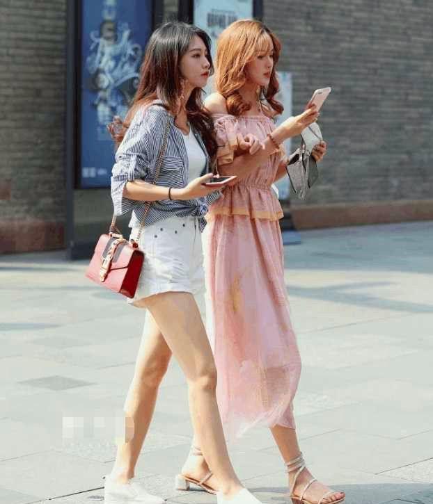 街拍:低胸吊带裙是夏季的主流?