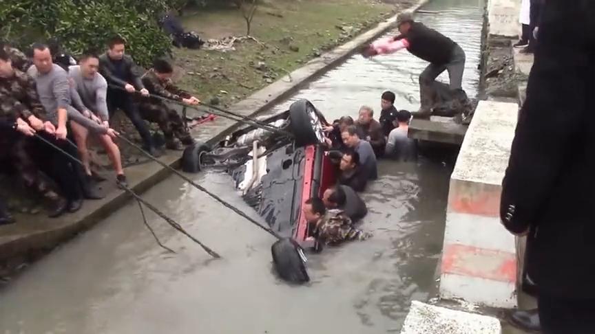 平凡的正能量!村民目睹车祸后,纷纷跳河救出溺水女司机!