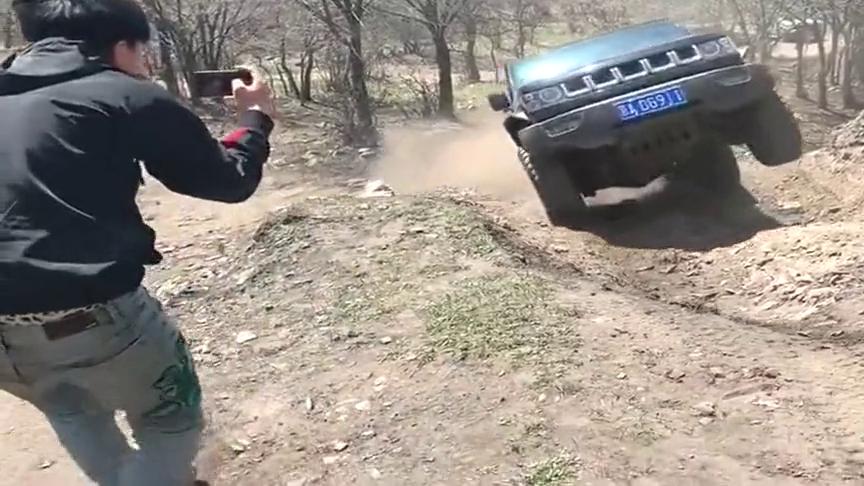 视频:牧马人对战北京BJ40!这两辆车的差距到底在哪儿呢?