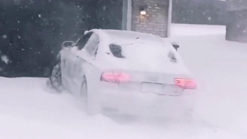 视频:奥迪a8的确给力啊,下这么大的雪上坡依然没问题,不愧是名牌车!