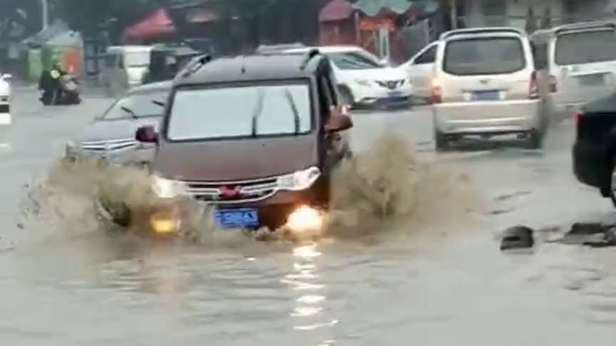 路面严重积水,汽车们都不敢在这里走,只有五菱宏光敢通过!