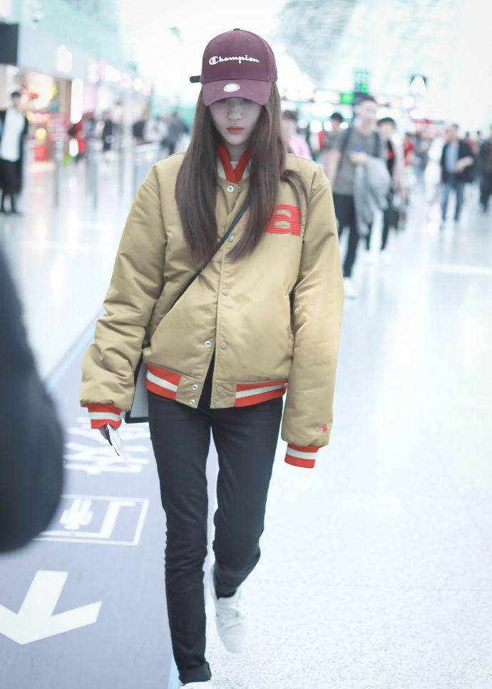 赵嘉敏穿卡其色外套搭配黑色裤子现身机场,皮肤白皙笑容甜美