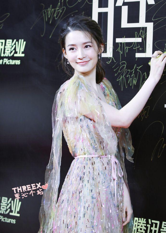 李沁穿薄纱长裙亮相腾讯影业年度发布会红毯,皮肤白皙面带微笑