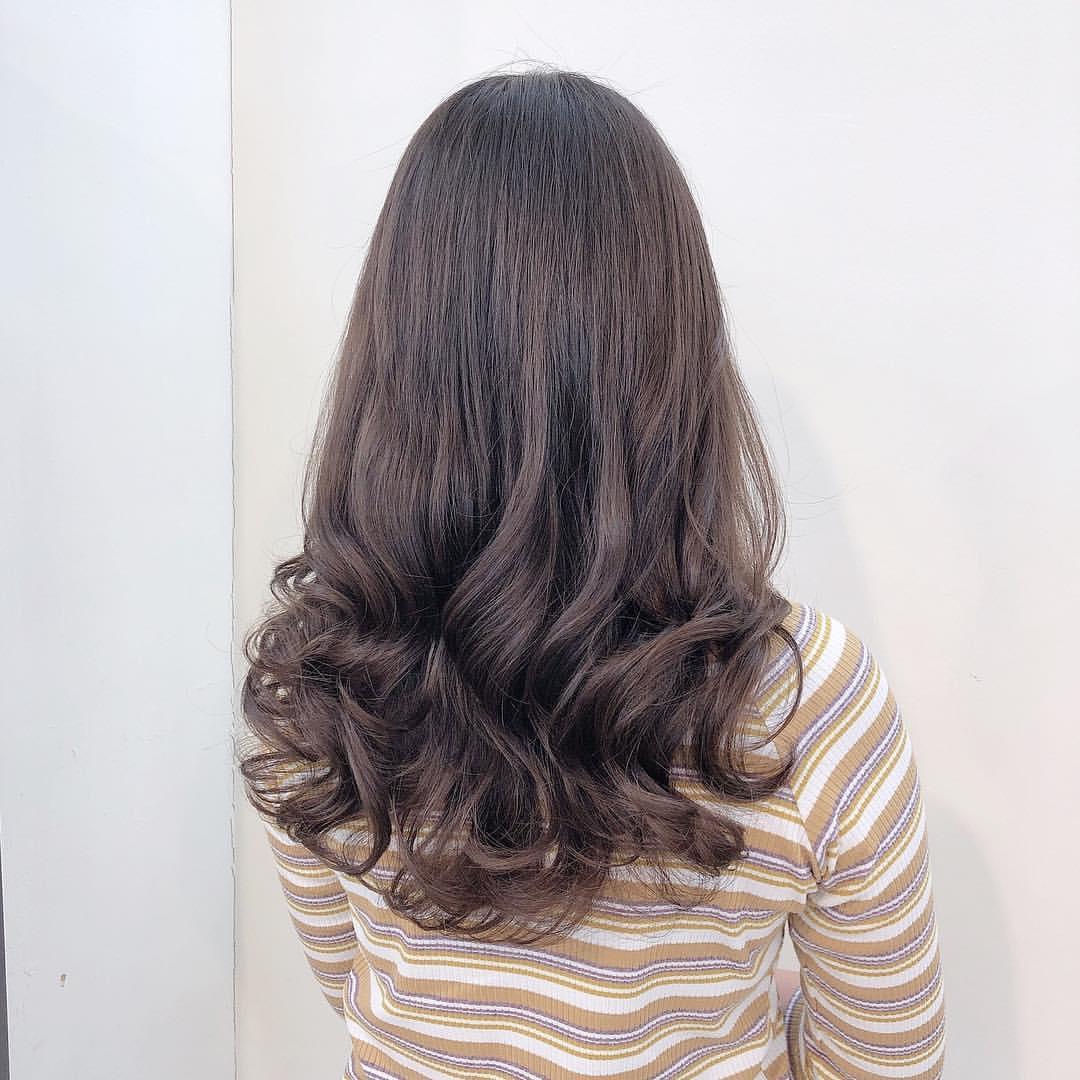 卷半头的中长发,直发与卷发双重特点,体现出一种轻盈柔和之美图片