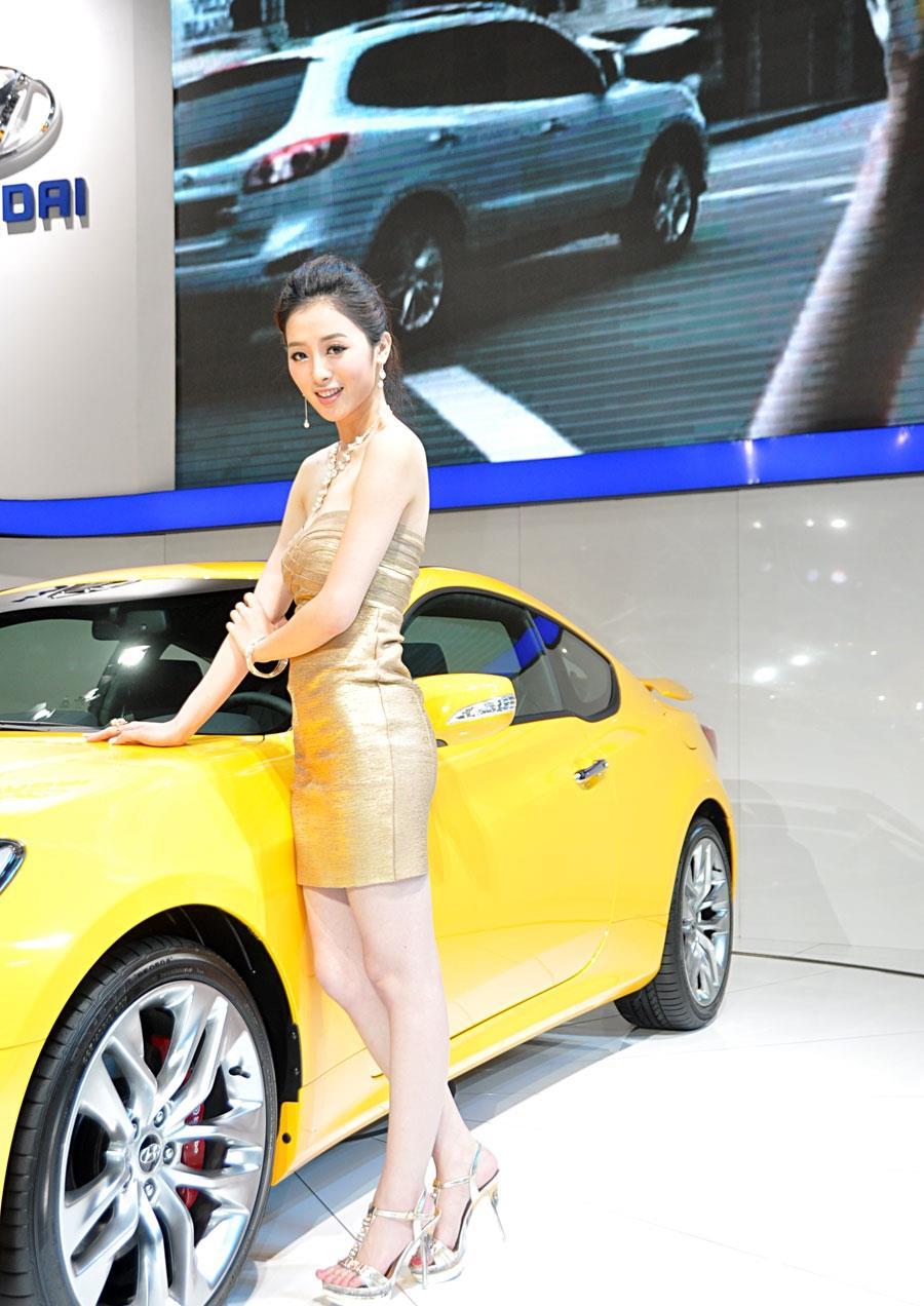 """现代胜达车模酷似""""七仙女"""",清纯可人,谁还有心思看车"""