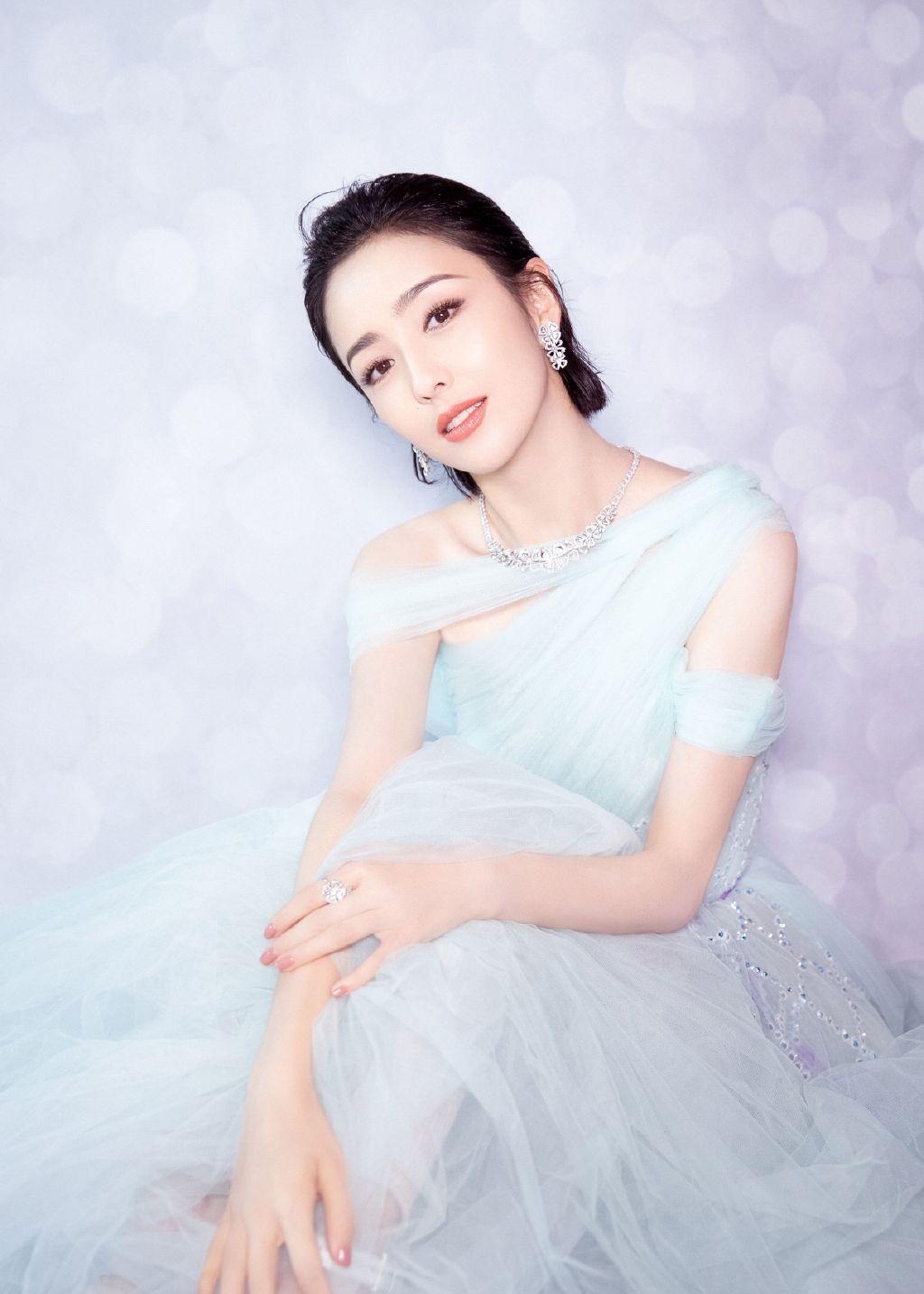 女演员佟丽娅,轻纱长裙,温婉优雅写真图集