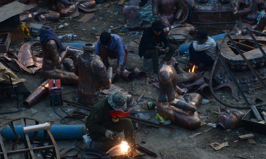 他们在拉萨近郊铸造佛像,将金属赋予神圣后提供给寺庙
