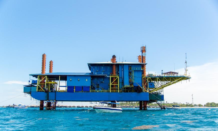 马来西亚的一家海上度假村,钻油井平台改造而成,电梯能直接入海