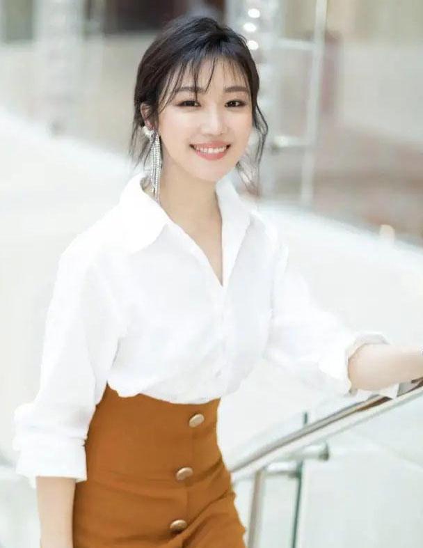 白衬衫如何穿出高级感?学菅纫姿搭配棕色包臀裙,高级又优雅