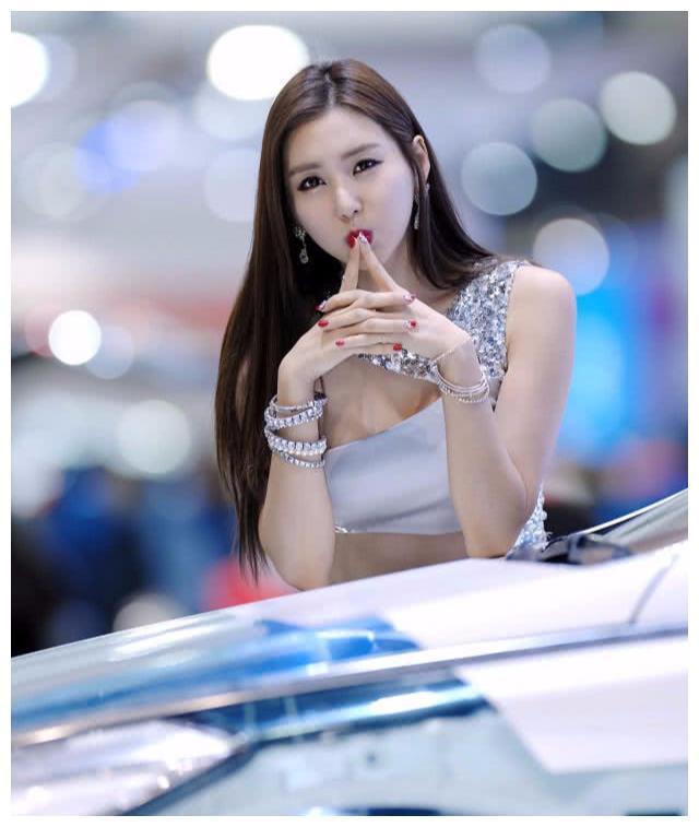 """韩国顶级车模助阵奔驰C级,""""完美身材""""超吸睛,相机快门停不下"""