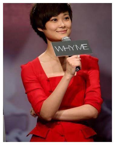 李宇春穿大红西装帅气大方,但和叶一茜相比毫无女人味