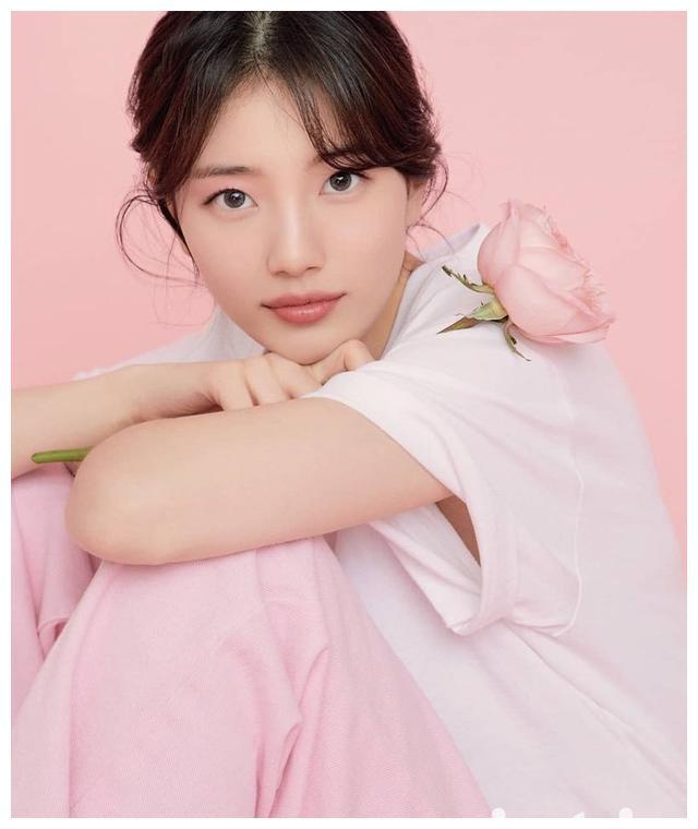 """""""国民初恋""""裴秀智好会撩!穿奶白色开衫大秀平板身材,嫩成花朵"""