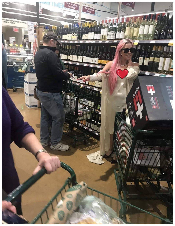 Lady gaga把超市当秀场,粉发配长袍走出超模范,路人眼光太真实