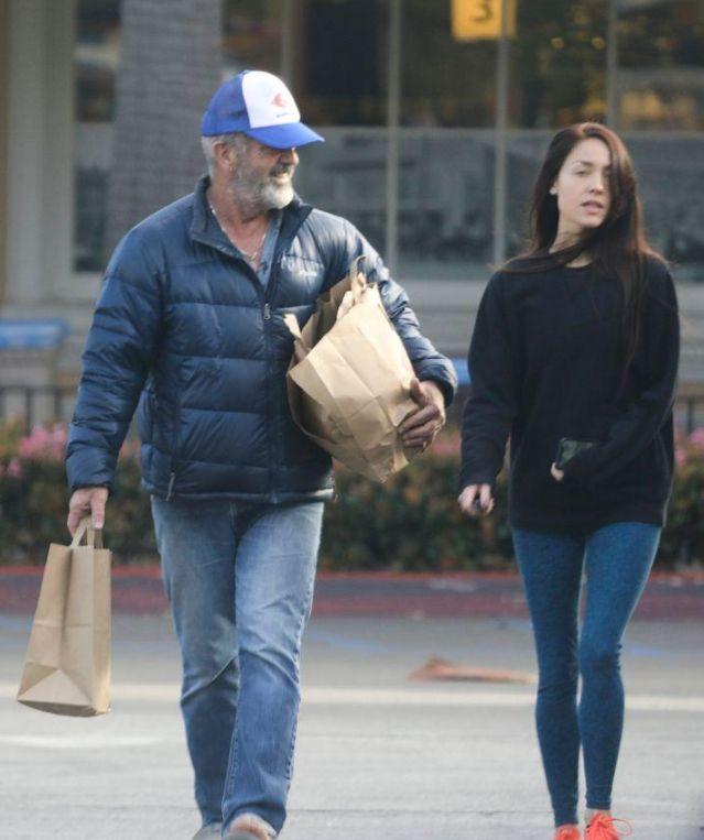 63岁梅尔·吉布森和27岁小娇妻甜蜜扫货,胡子花白身材臃肿
