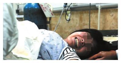 待产孕妇死活不上产床, 她撩起衣服, 在场医生都懵了