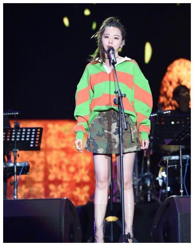 """张靓颖出席活动,扎""""脏辫""""献唱歌曲,造型多变成中国蕾哈娜"""