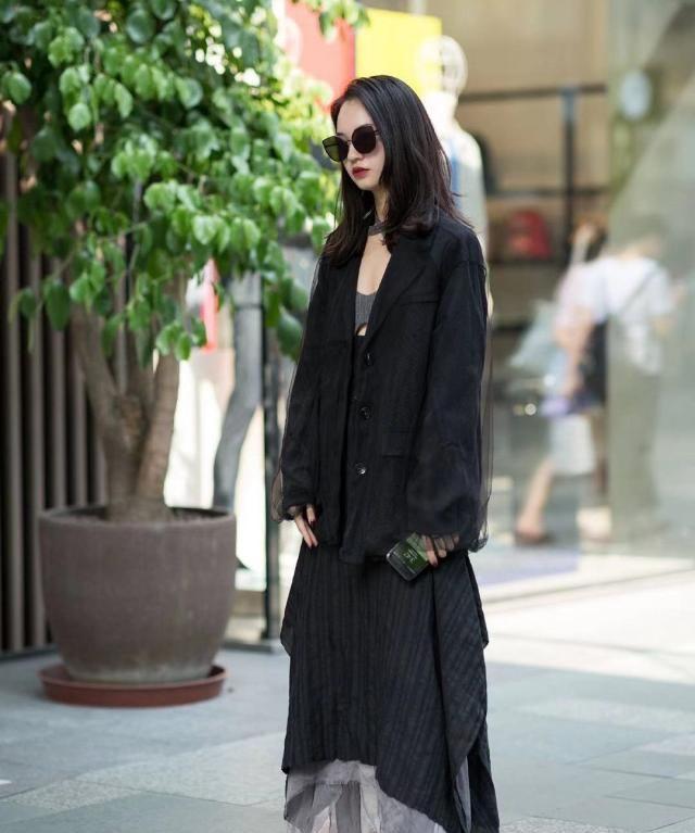 街拍:小姐姐黑色外套搭配长裙,长发披肩墨镜红唇酷劲十足