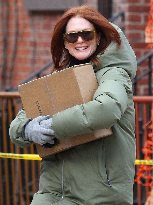 """朱丽安·摩尔出街变身""""爱斯基摩人"""",怀抱大纸盒笑容满面"""